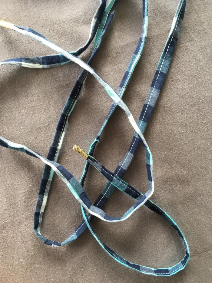 lacets de chaussure surcyclés à partir d'anciens vêtements